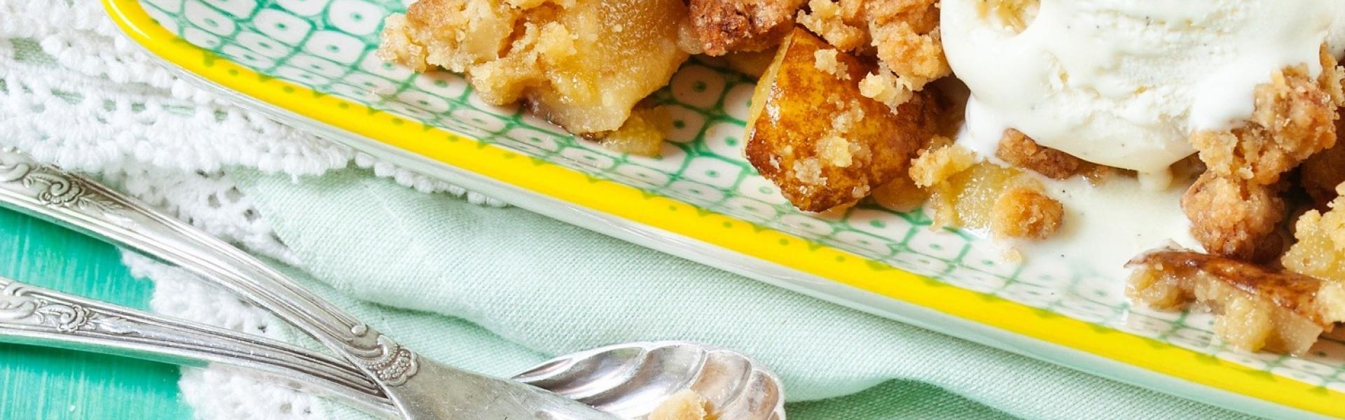 Birnen-Crumble mit Vanilleeis in Auflaufform
