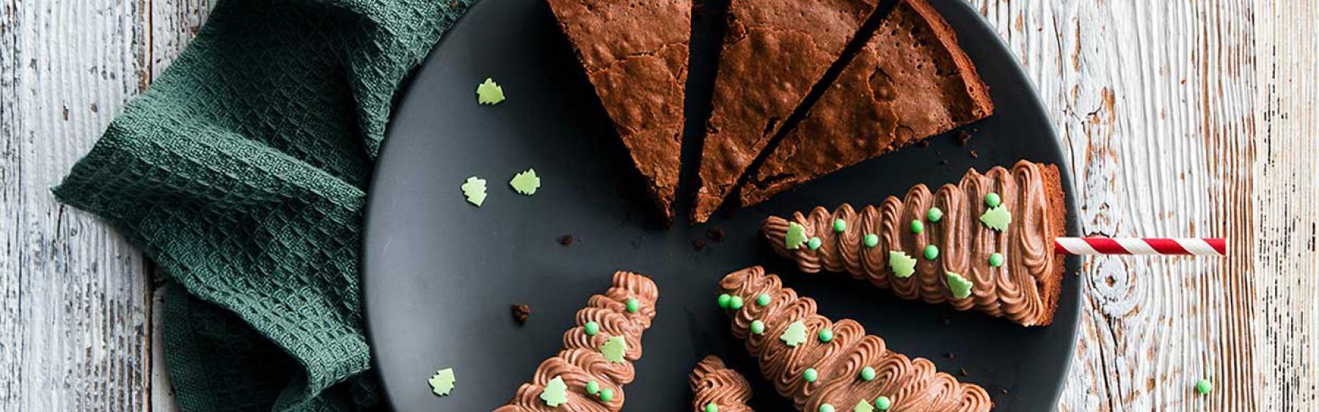 Brownie-Tannenbäume auf einem Teller angerichtet.