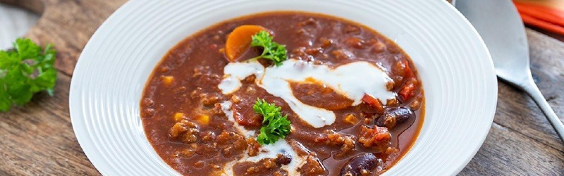 Chili mexikanisch in einem Suppenteller angerichtet.