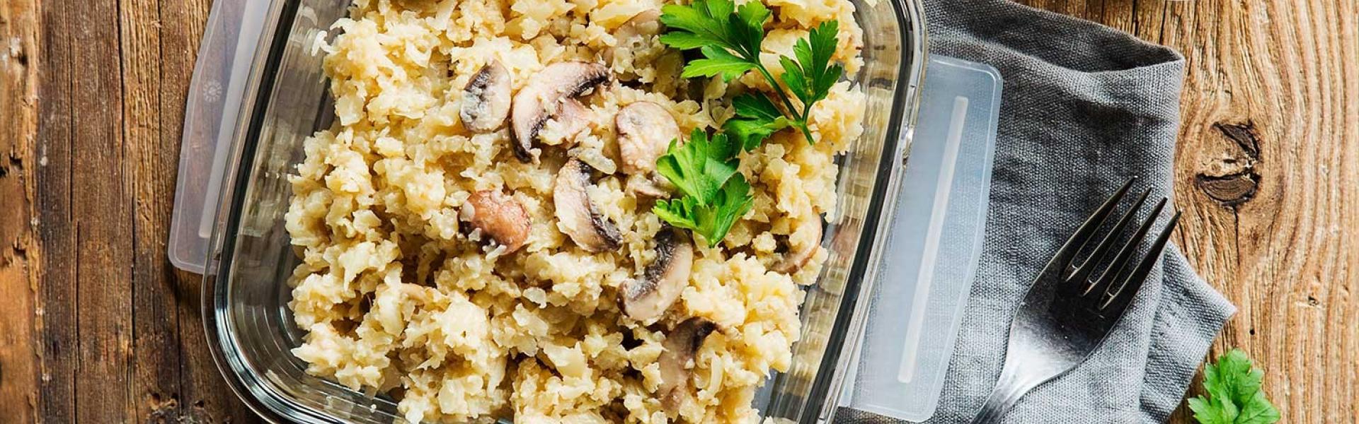 Blumenrohl-Risotto Meal Prep Low Carb in einer Dose auf einem Tisch.