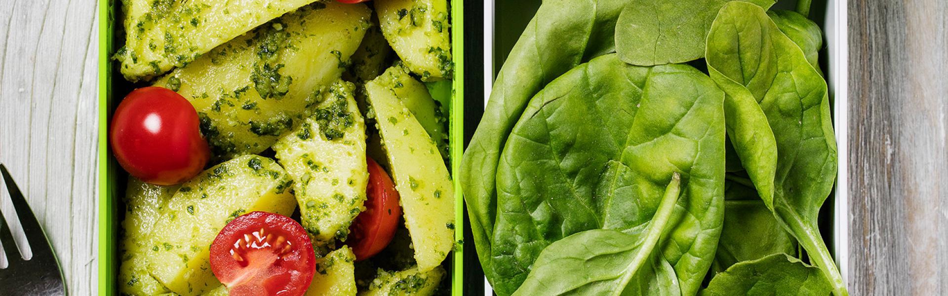 Kartoffelsalat mit Spinat Meal Prep in zwei Dosen angerichtet.