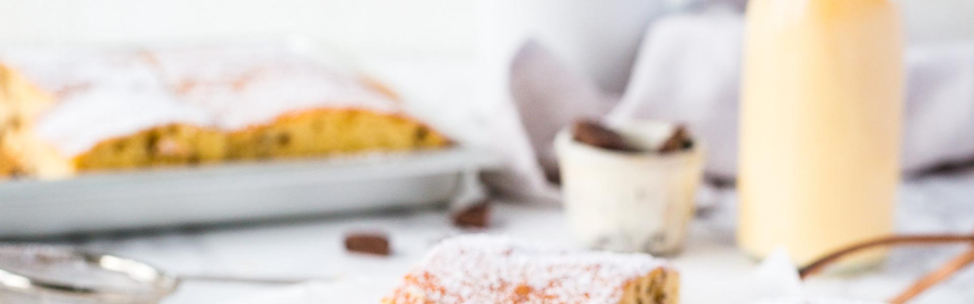 Eierlikörkuchen vom Blech in Stücke geschnitten auf weißer Marmorplatte