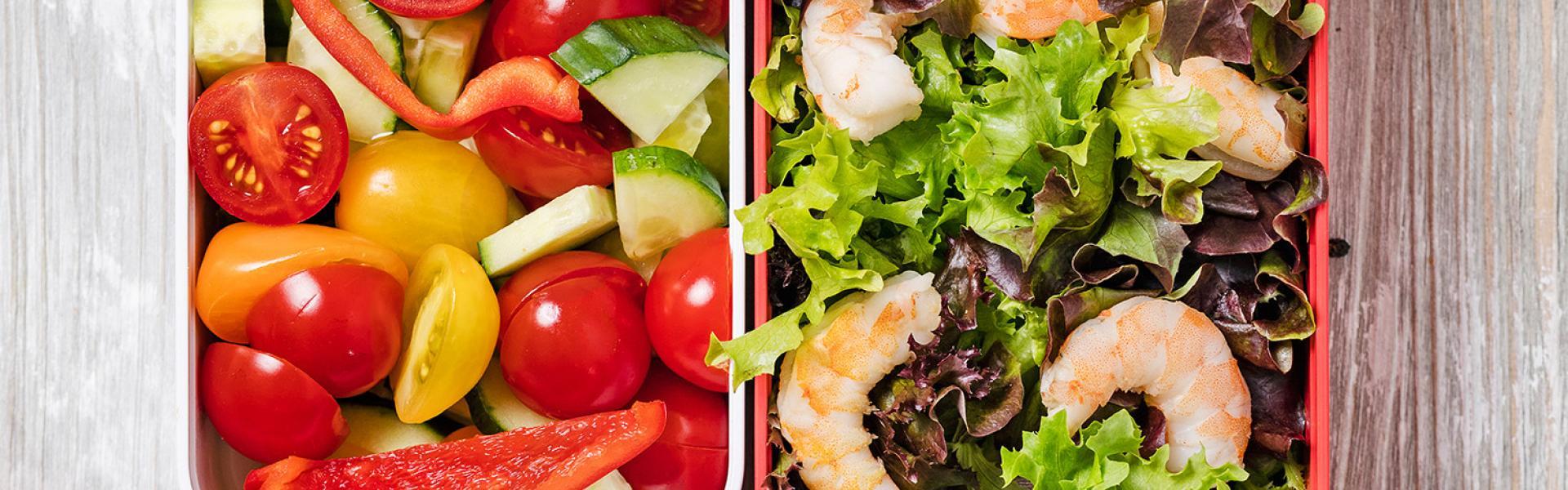 Salat mit Scampi Meal Prep in zwei Dosen angerichtet.