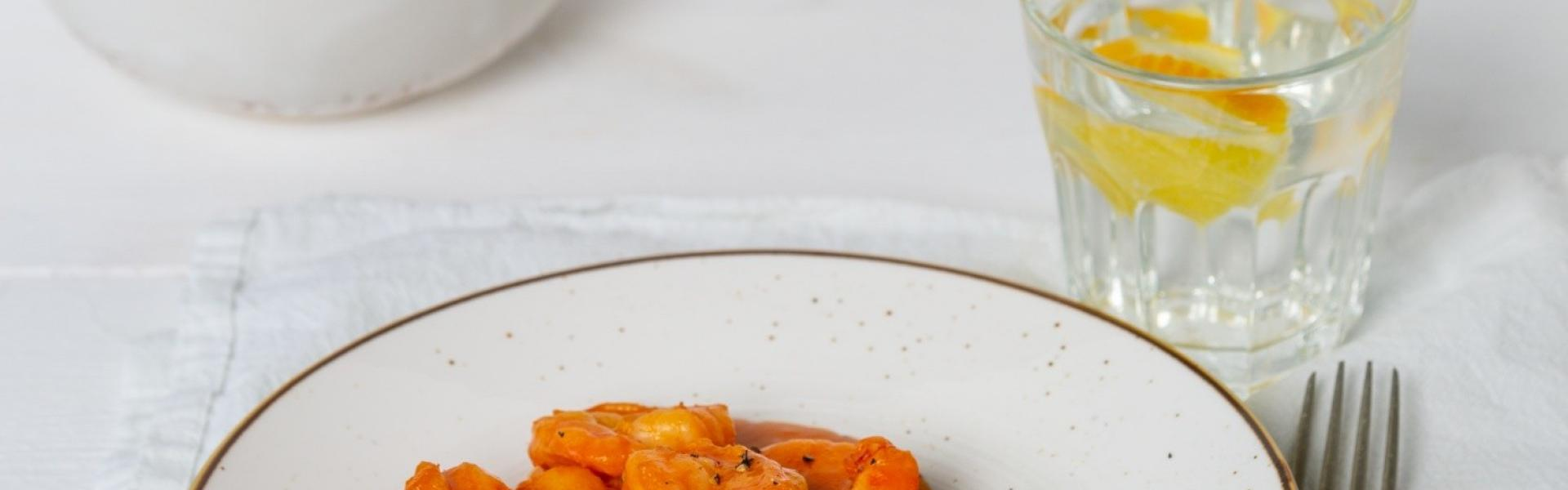 Garnelencurry auf einem Teller angerichtet.