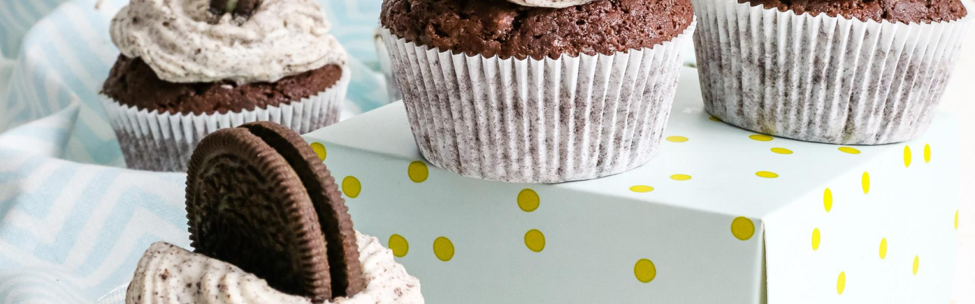 Cupcakes mit Oreos im Teig, im Frosting und in der Füllung