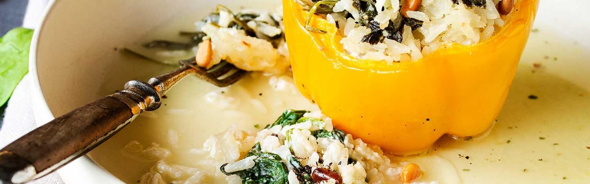 Gefüllte Paprika mit Reis auf einem Teller angerichtet.