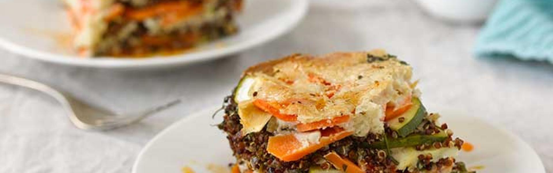 Quinoa Auflauf auf einem Teller angerichtet.