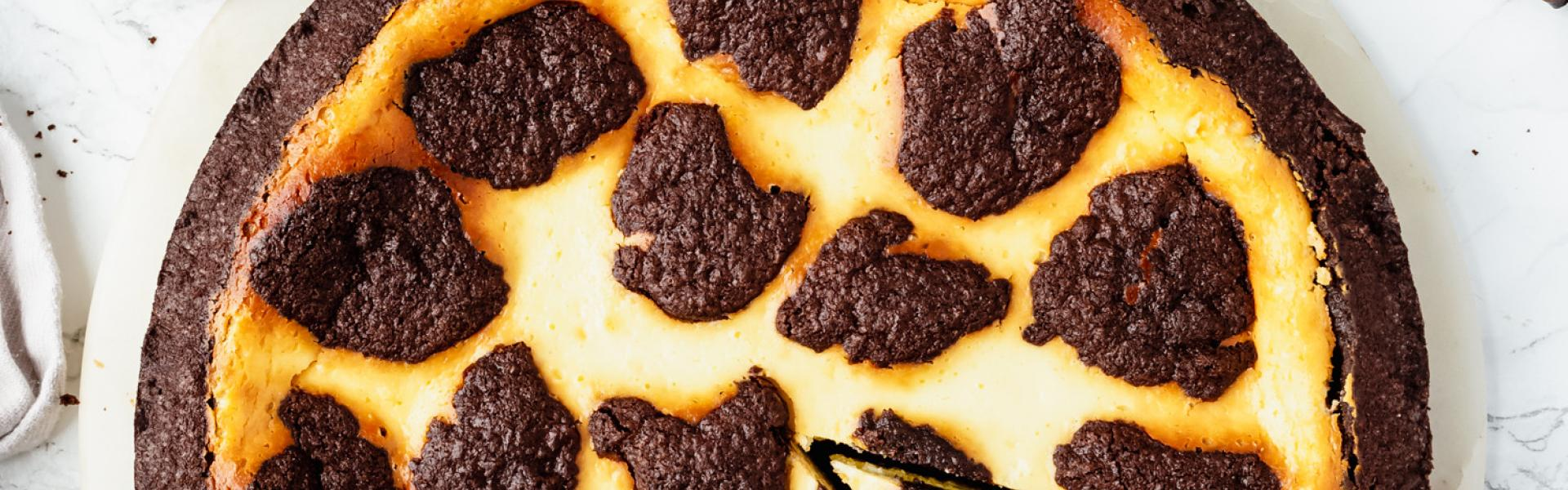 Glutenfreier Russischer Zupfkuchen auf Marmorbrett und angeschnitten