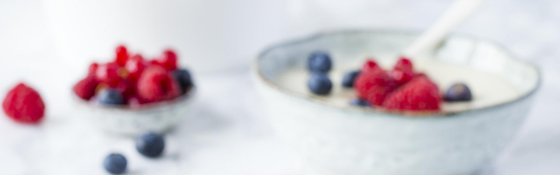 Grießbrei ohne Ei in Schüssel und mit Beeren dekoriert.