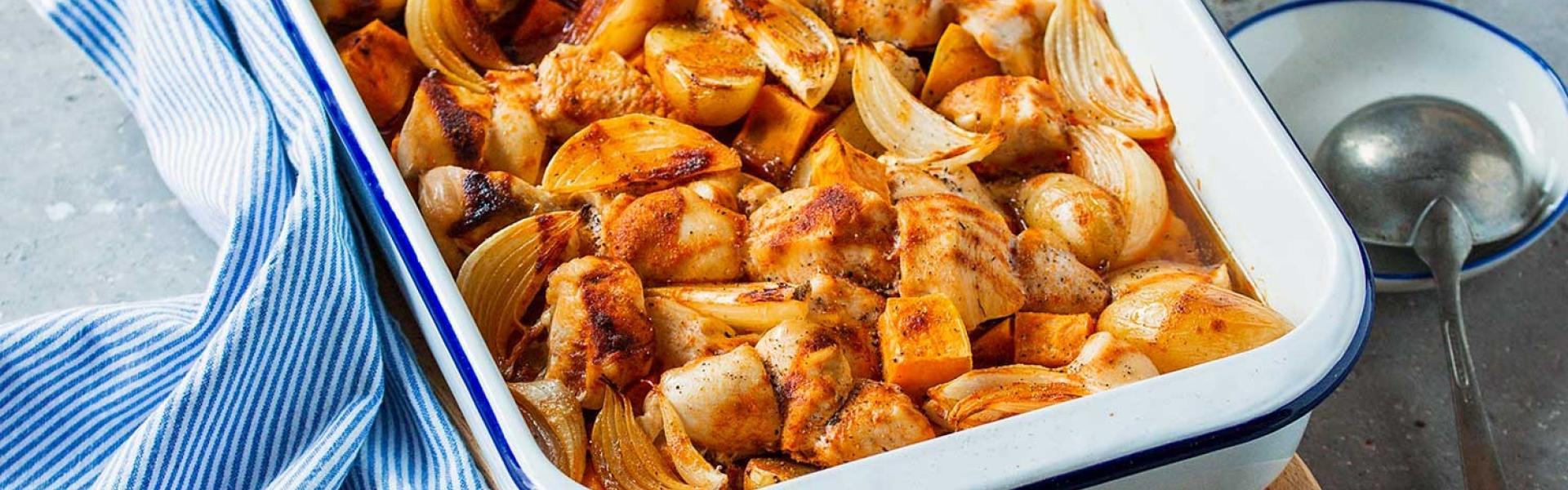 Auflaufform mit Hähnchenbrust und Kartoffeln aus dem Ofen