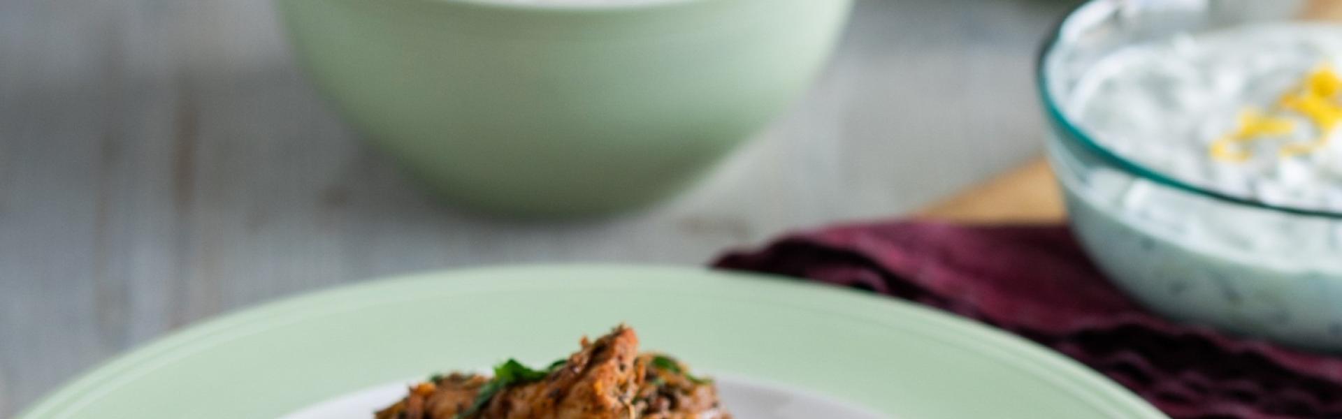 Hähnchengyros mit Tzatziki und Reis auf einem Teller