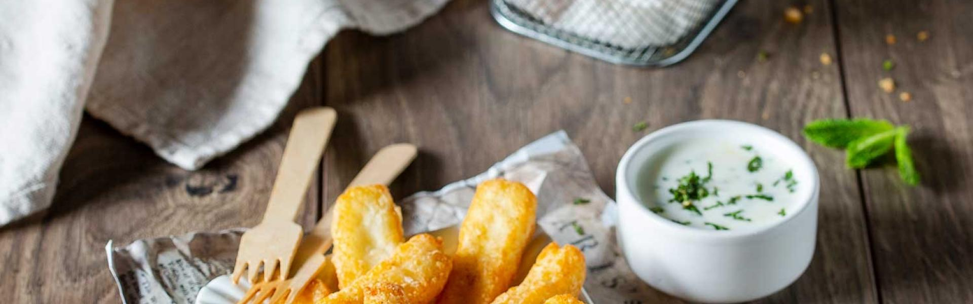 Halloumi Fries in Pommesschälchen und Minz-Joghurt.