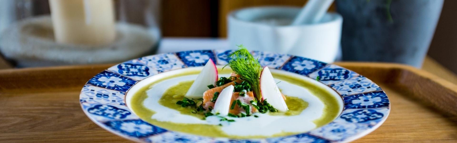Kartoffelsuppe mit Lachs, Sahne und Dill dekoriert.