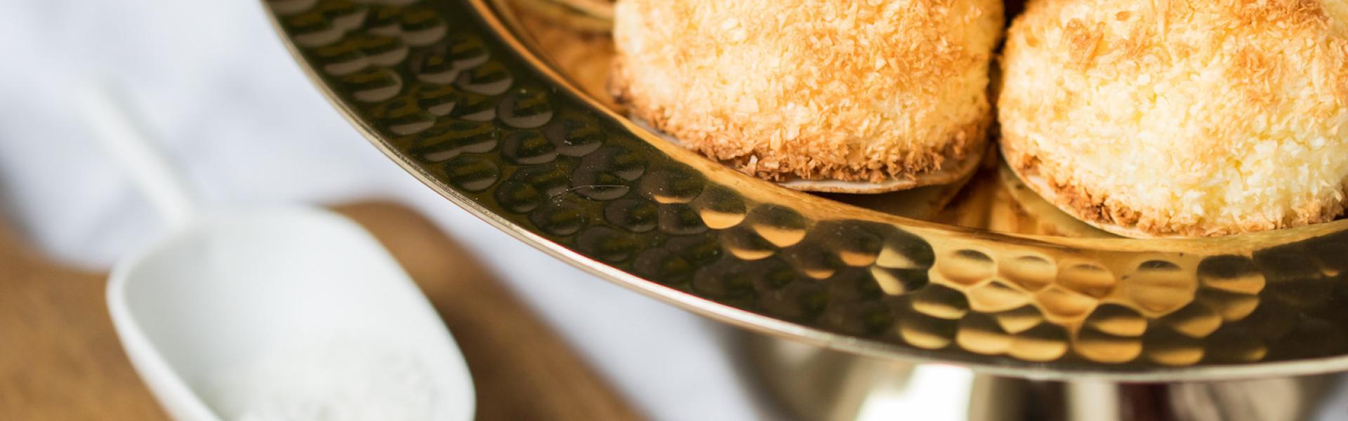 Kokosmakronen mit Quark in einer Schale angerichtet.