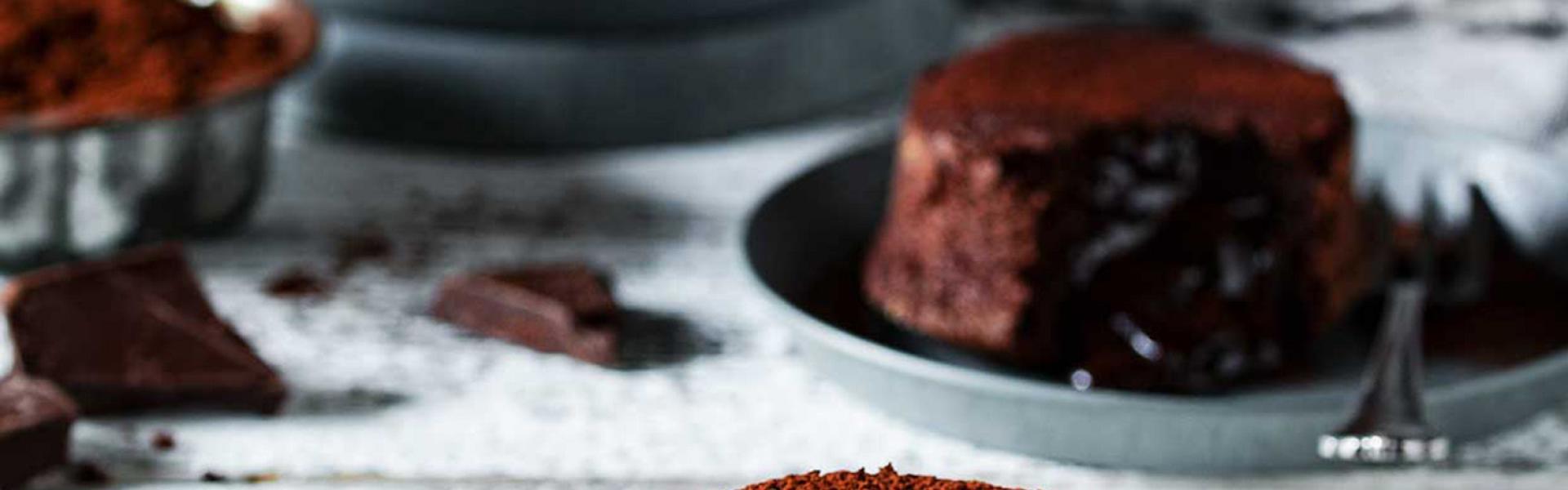 Lava Cake angebrochen auf einem Kuchenteller.