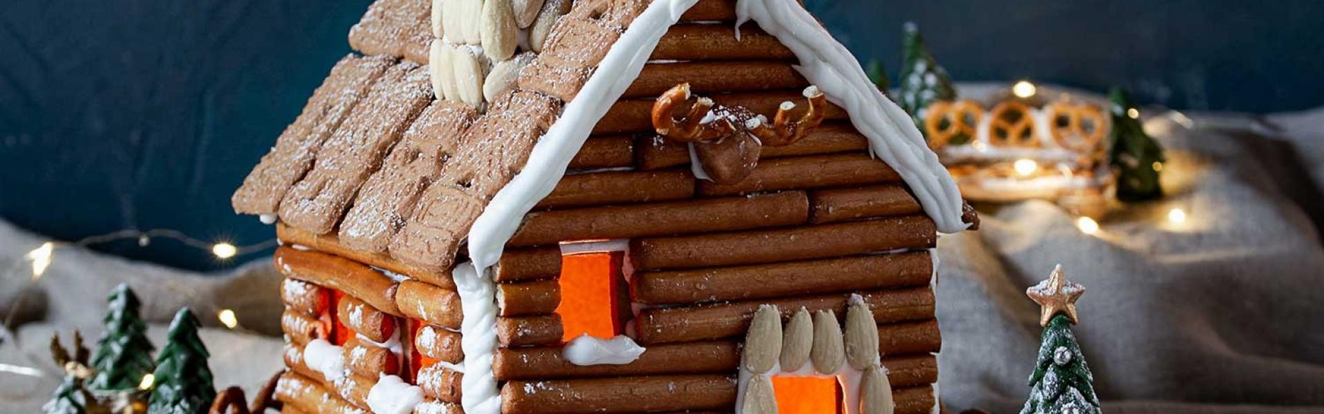 Lebkuchenhütte in winterlichem Setting.