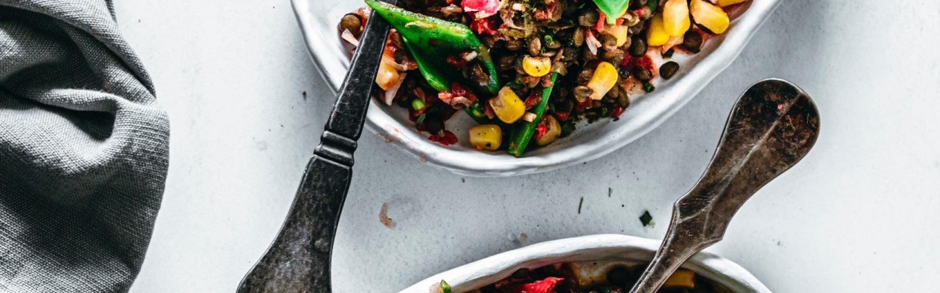 Linsensalat vegan in zwei Schalen angerichtet mit Basilikum.