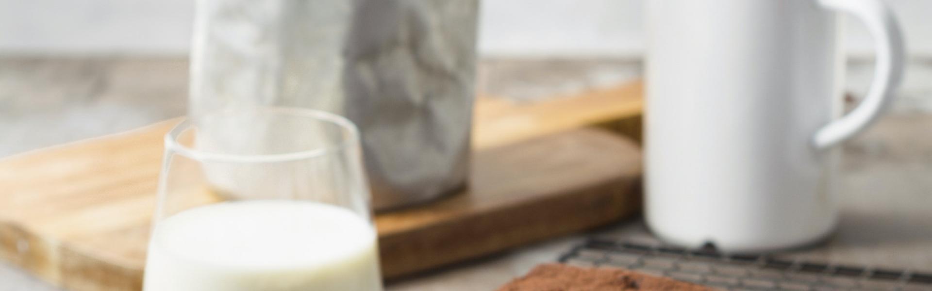 Low Carb Milchschnitte auf einem Stück Backpapier auf einem Kuchengitter.