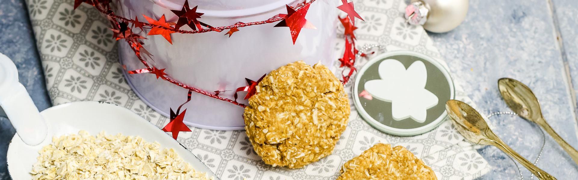 Low Carb Haferflockenkekse liegen offen in einer Weihnachtskeksdose.