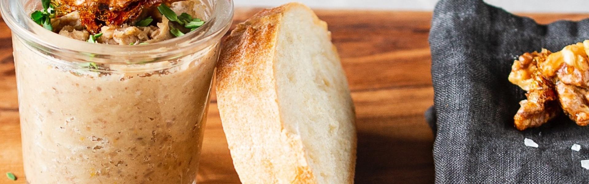 Zwei Gläser Maronencreme und Baguette mit Maronencreme bestrichen.