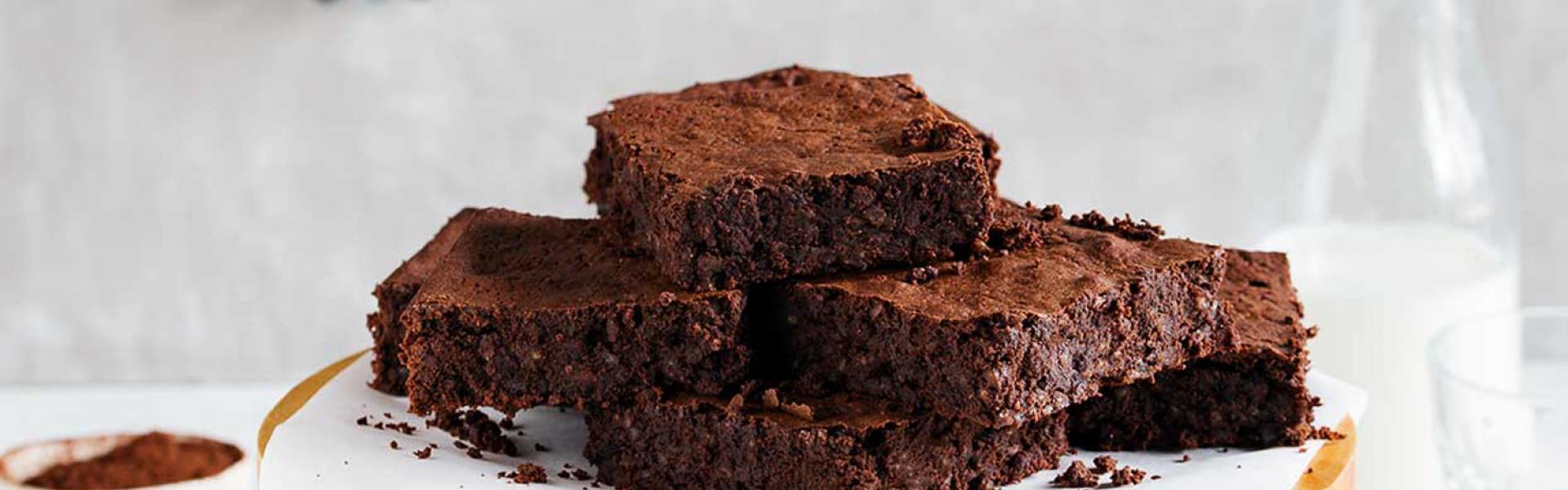 Mehrere Milchreis-Brownies sind auf einer Etagere gestapelt.