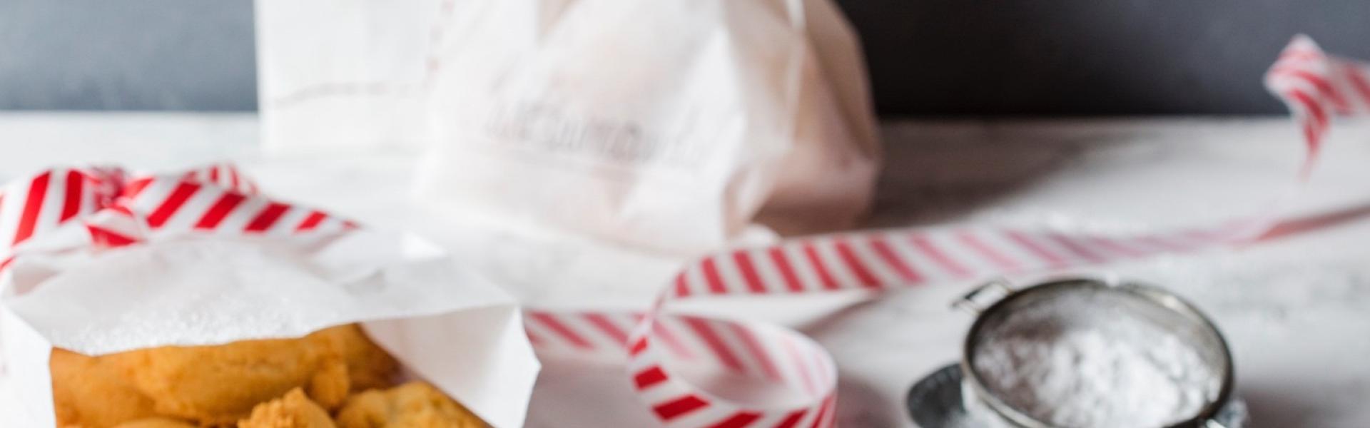 Mutzenmandeln auf Tablett und abgepackt in weißer Butterbrottüte.