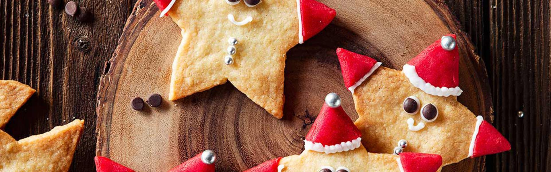 Mehrere kleine Nikolausplätzchen auf einem Teller.