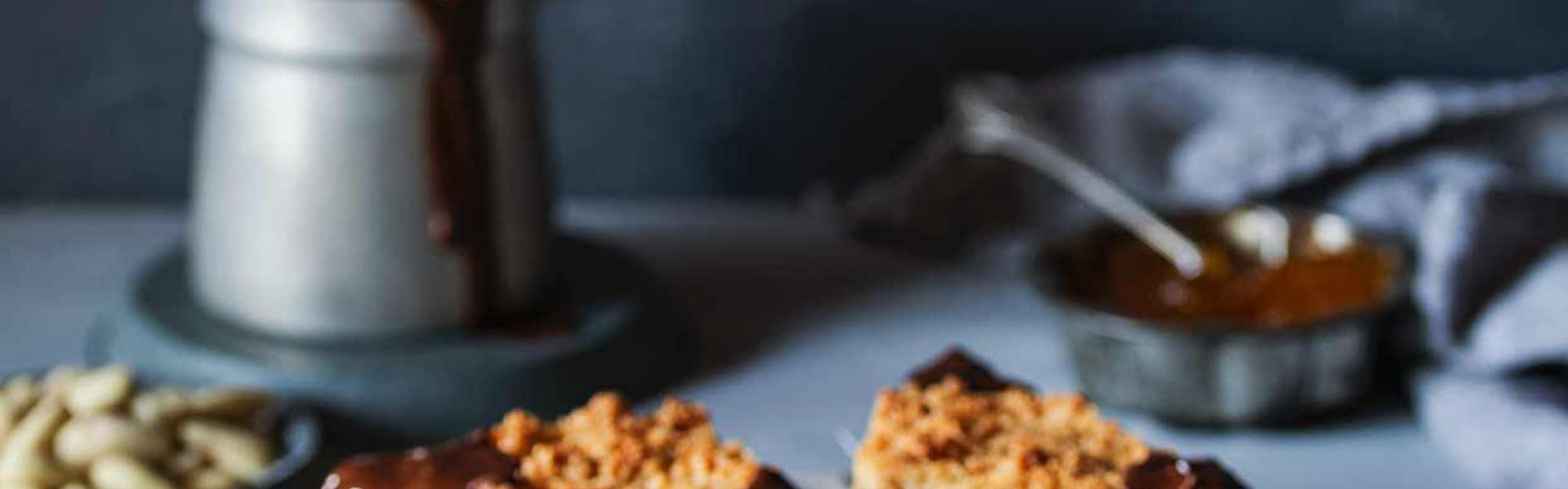 Mehrere Nussecken mit Marzipan auf einem Servierteller.