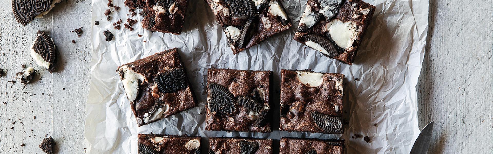 Oreo-Brownies geschnitten auf einem Stück Backpapier.