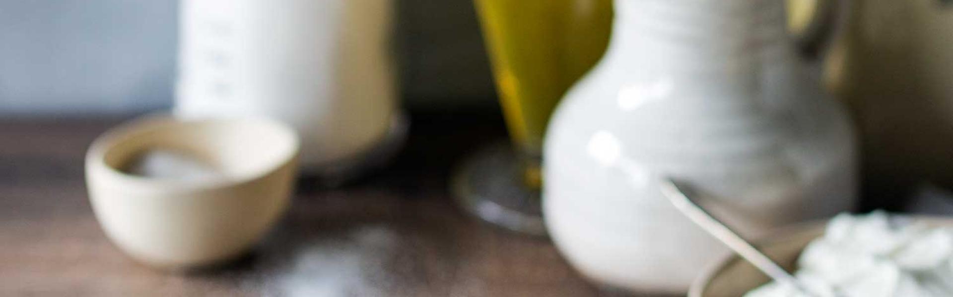 Roher Quark-Öl-Teig ohne Ei auf Arbeitsplatte.