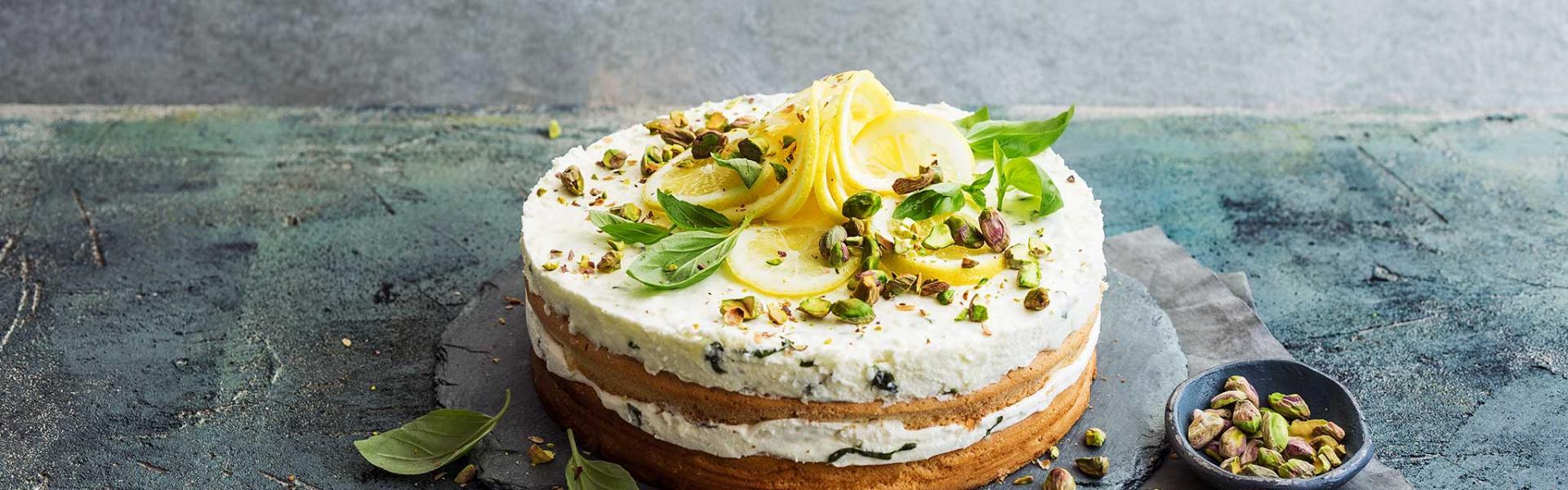 Zitronentorte auf einer Kuchenplatte.