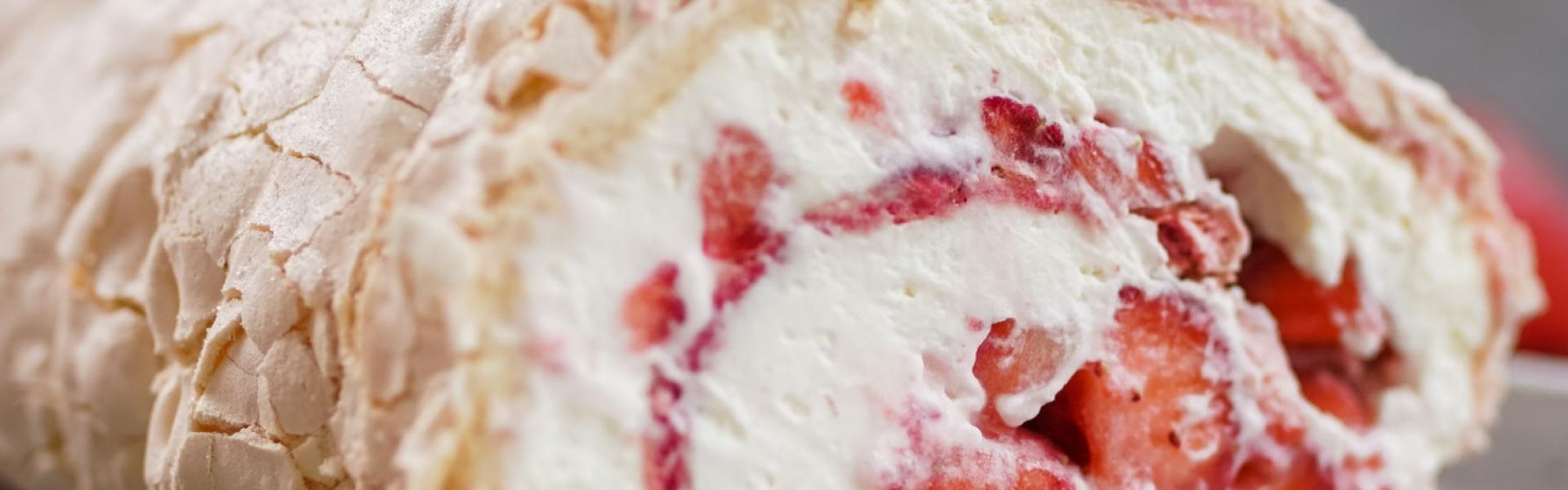 Angeschnittene Baiserrolle mit Erdbeeren