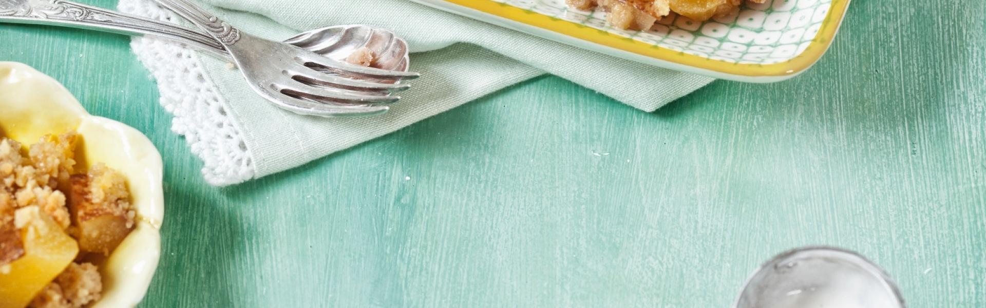 Birnen Crumble serviert mit einer Kugel Vanilleeis.