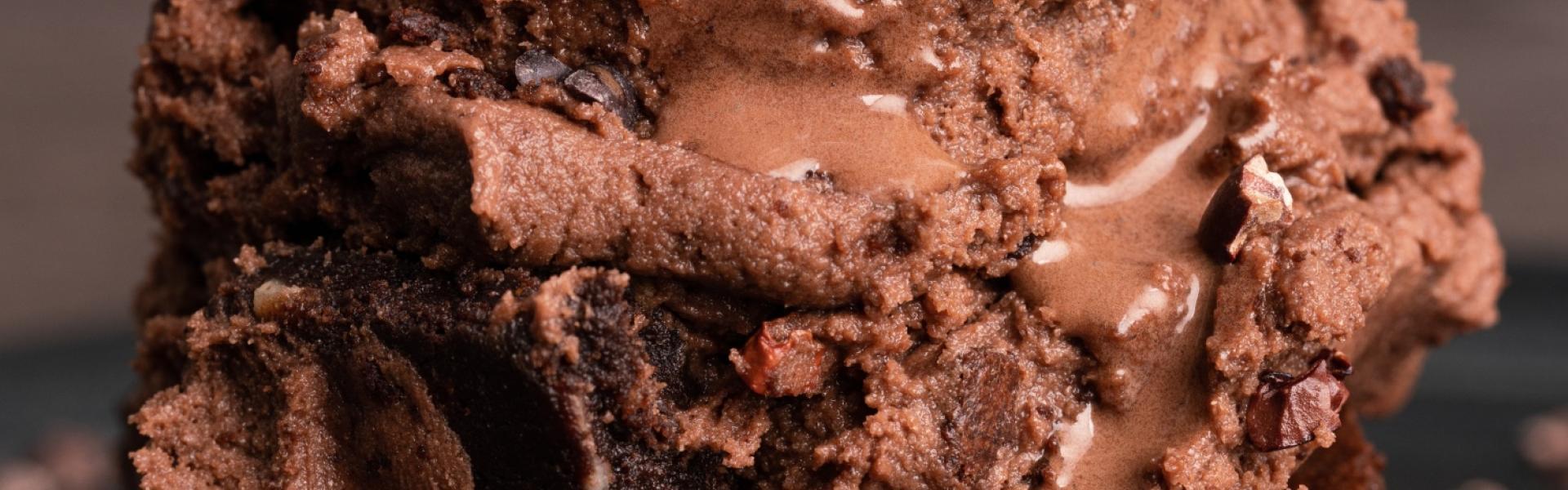 Schokoladeneis auf zwei Stücken Brownie.