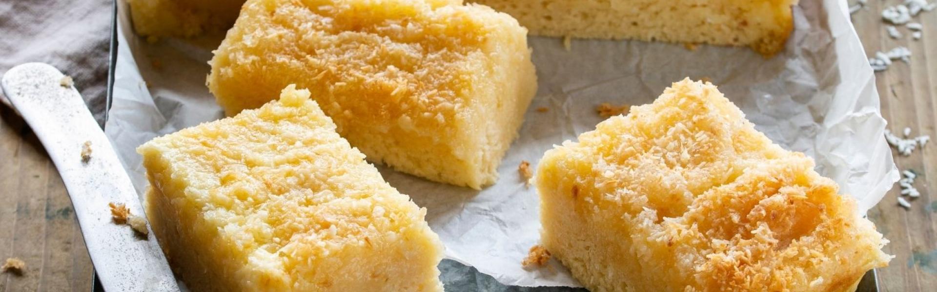Buttermilchkuchen aufgeschnitten auf einem Blech.