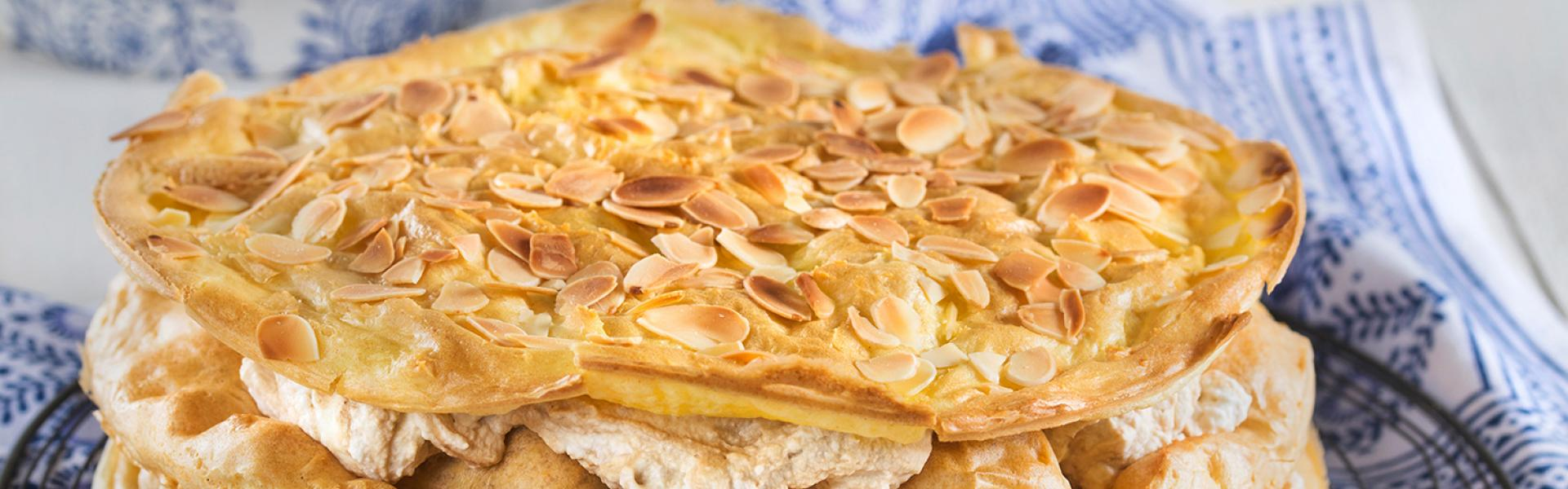 Cappuccino-Torte mit Mandeln liegt auf einem Kuchengitter.