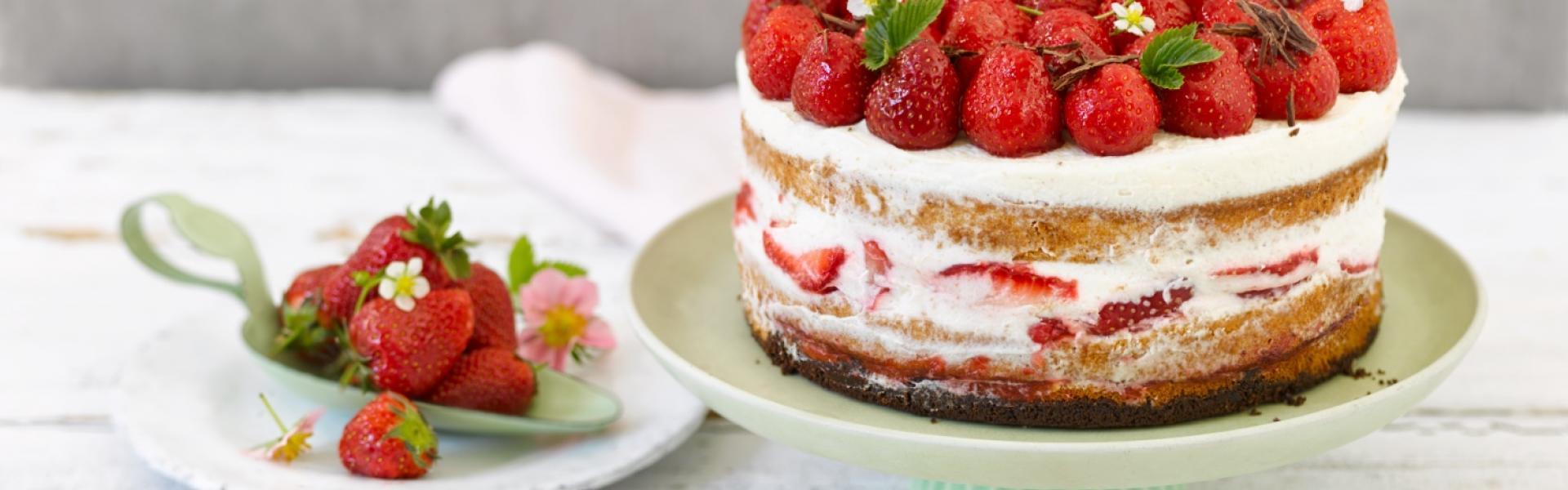 Erdbeer-Sahne-Torte auf einer Etagere angerichtet.