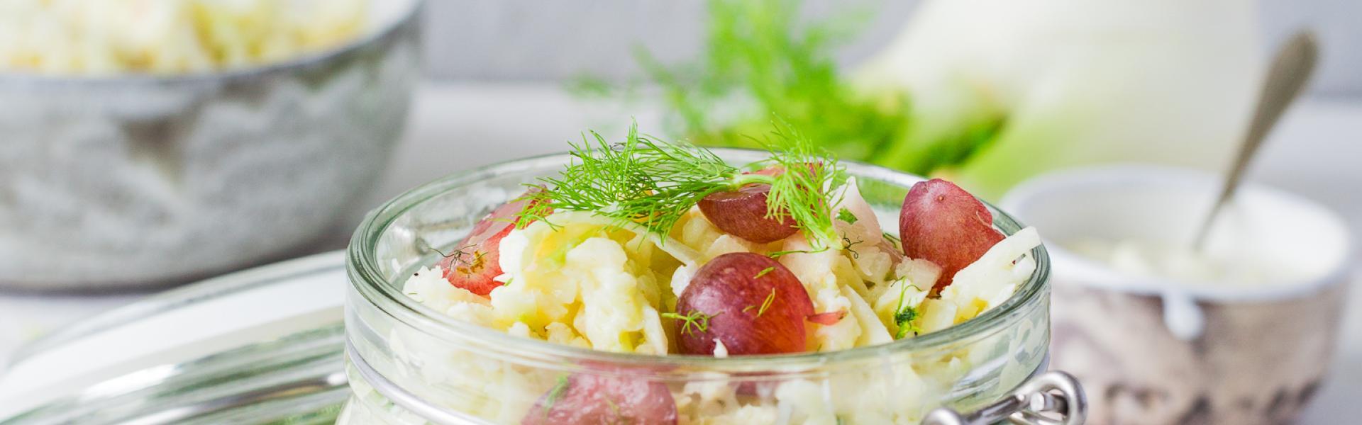 Fenchelsalat mit Apfel in einem Bügelglas mit Trauben angerichtet.