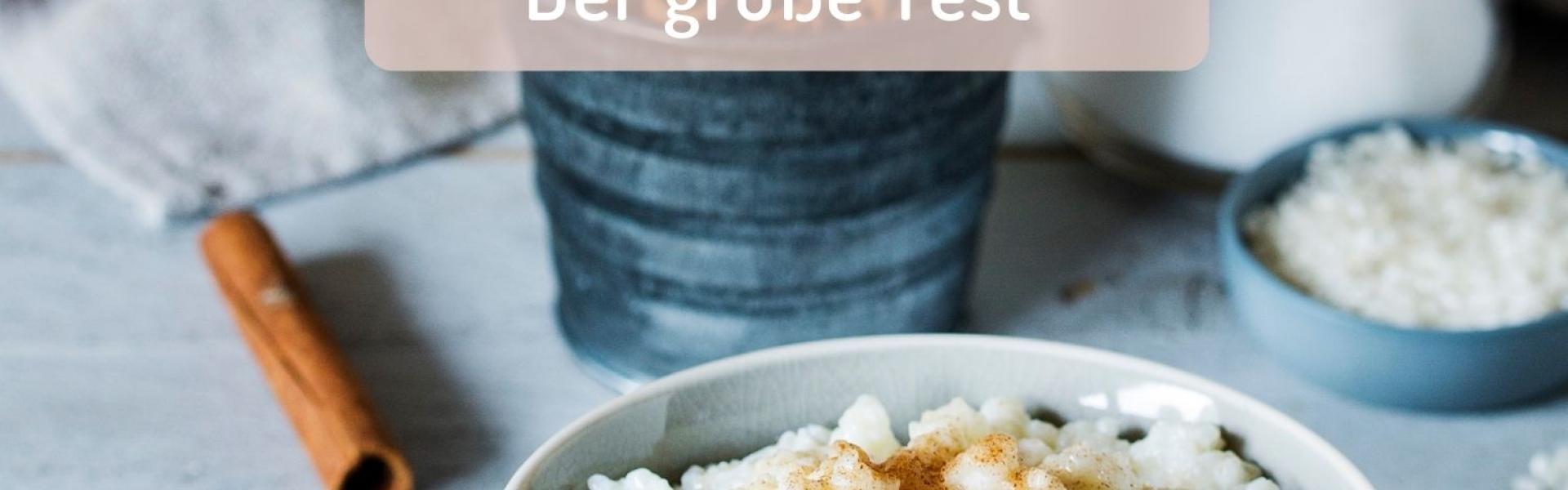 Milchreis in hellblauer Schüssel mit Zimt und Zucker bestäubt.
