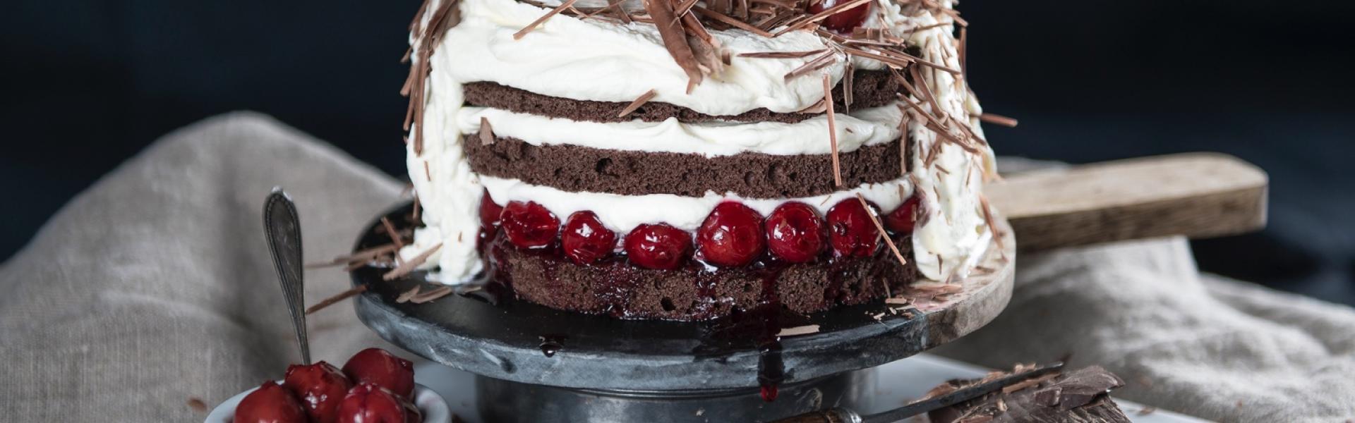 Schwarzwälder Kirschtorte wie Naked Cake gestylet auf Tortenplatte