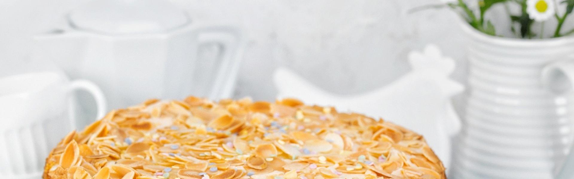 Ostertorte mit Stachelbeeren angerichtet auf einer Etagere.