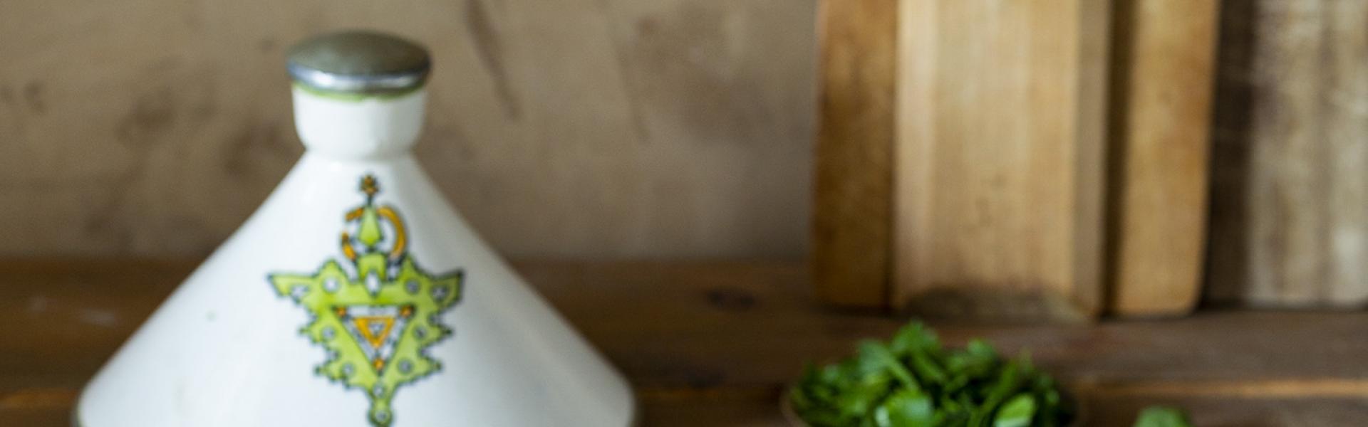 Kartoffeln, Spinat und geröstete Walnüsse in weißer Tajine.