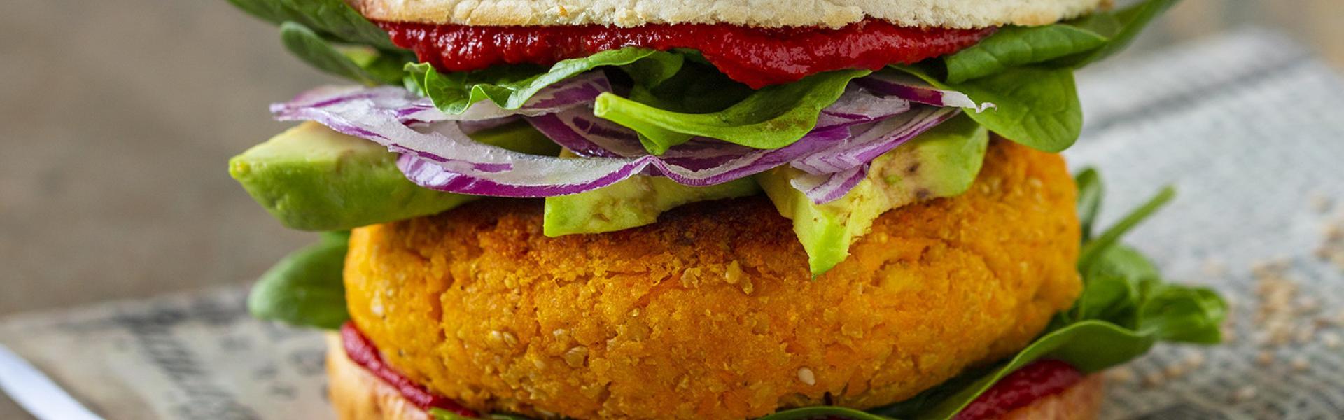 Tofu Burger auf einem Stück Papier.