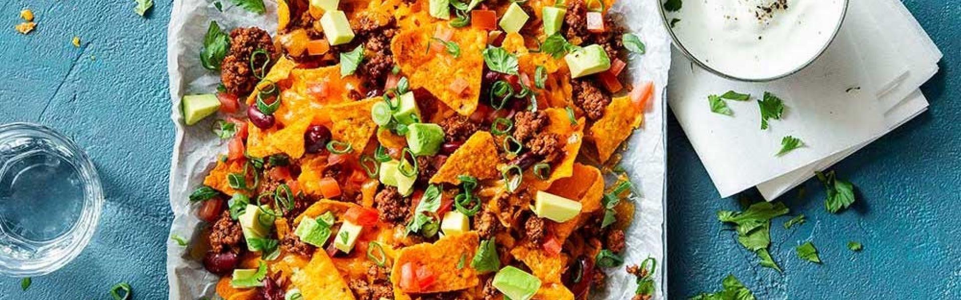 Überbackene Nachos mit Chili con Carne auf Backblech