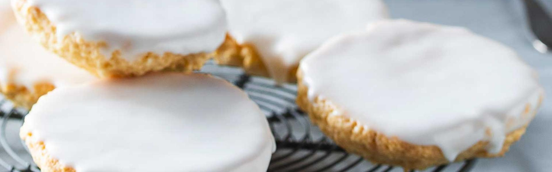 Vegane Amerikaner mit Zuckerguss auf einem Kuchengitter.