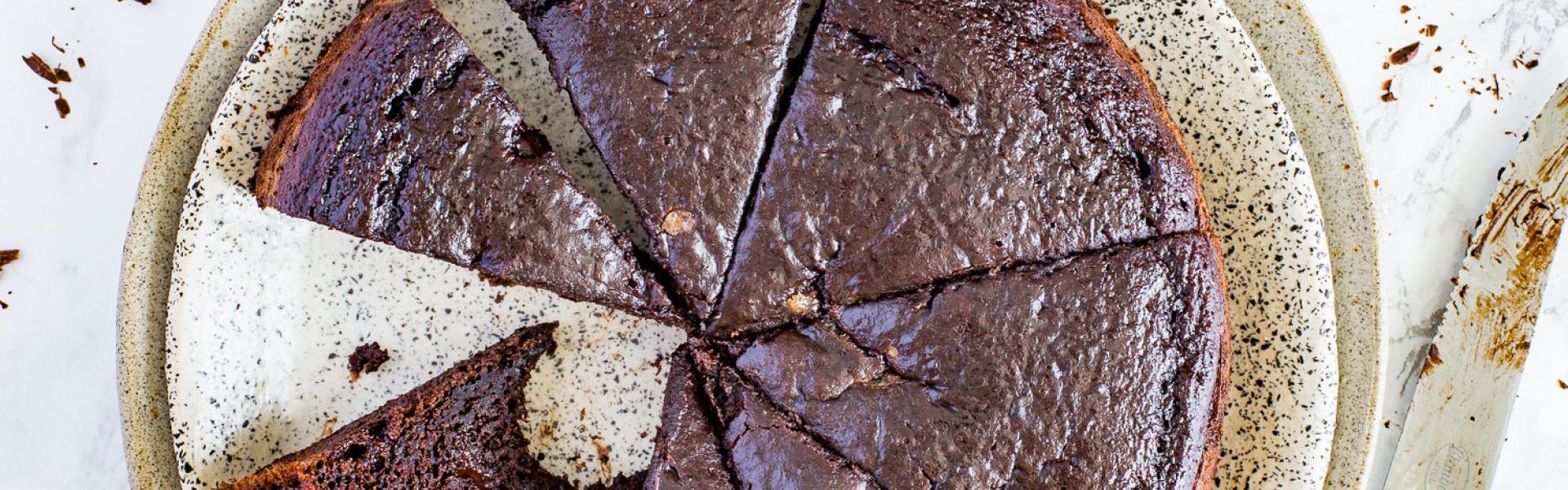 Angeschnittener veganer Apfelmuskuchen mit Schokolade.