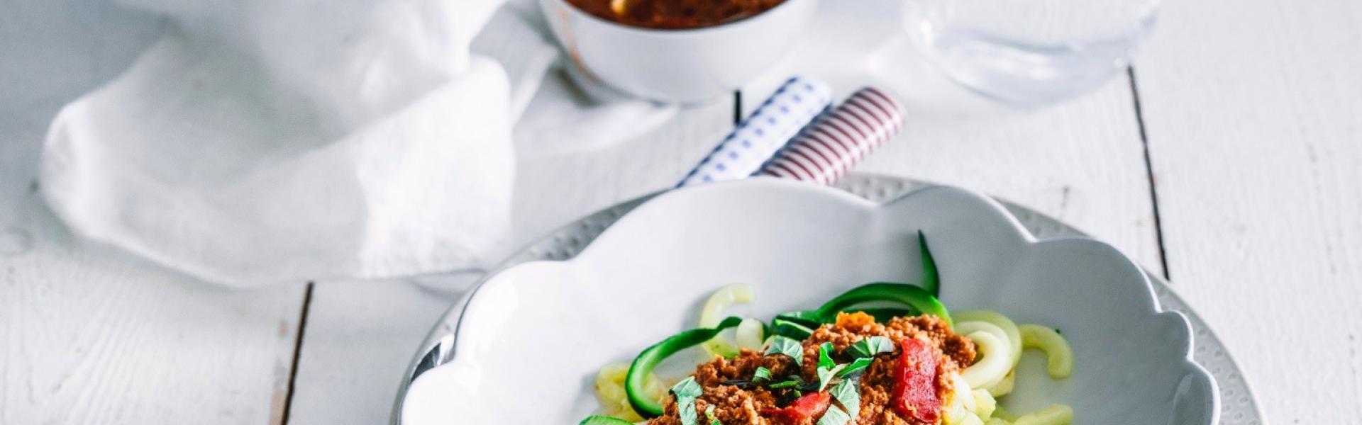 Zucchininudeln auf Teller mit Bolognesesauce