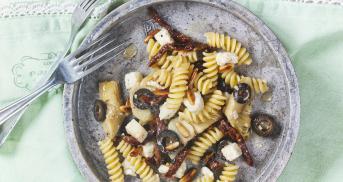 Antipasti-Nudelsalat mit Büffelmozzarella