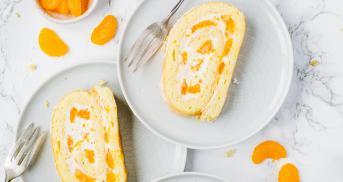 Beste Biskuitrolle mit Mandarinen und Quark