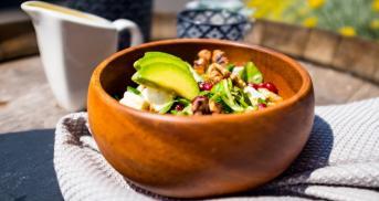 Bunter Salat mit Granatapfel und Quinoa